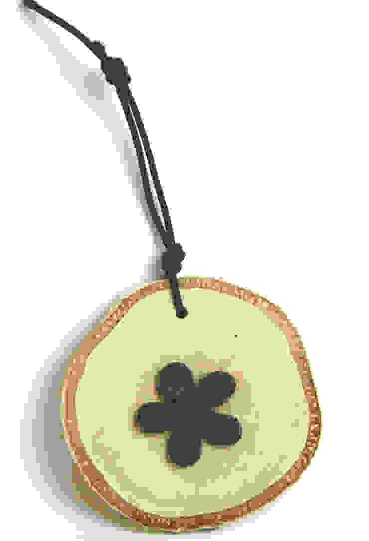 Plasterek drewniany z czarnym kwiatem od Grin House Design s.c. Skandynawski