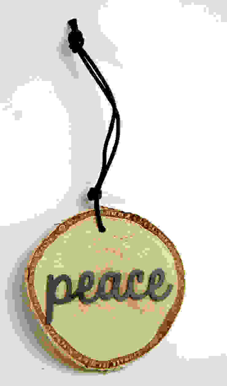Plasterek drewniany z czarnym napisem PEACE od Grin House Design s.c. Skandynawski