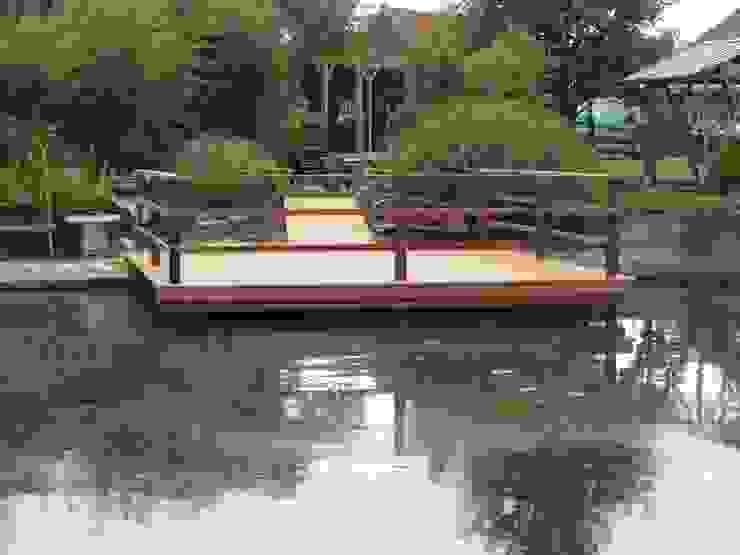 Vlonder en beschoeiing gerealiseerd in tuin met theehuis Landelijke tuinen van Van Dijk Tuinen Groningen Landelijk
