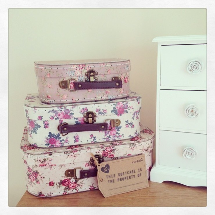 Set Of 3 Vintage Rose Floral Suitcases: rustic  by ihearthomes, Rustic