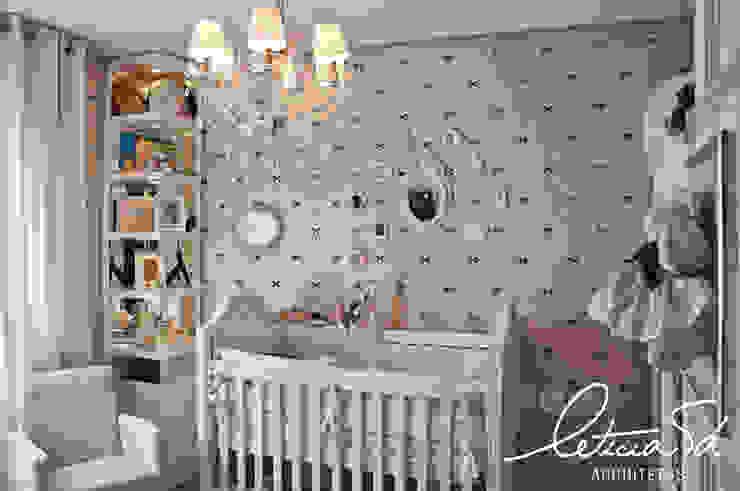 Детская комнатa в классическом стиле от Leticia Sá Arquitetos Классический