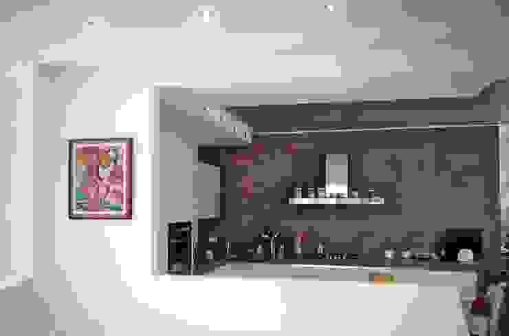 La cucina vista dal soggiorno Cucina moderna di Sergio Bini Moderno