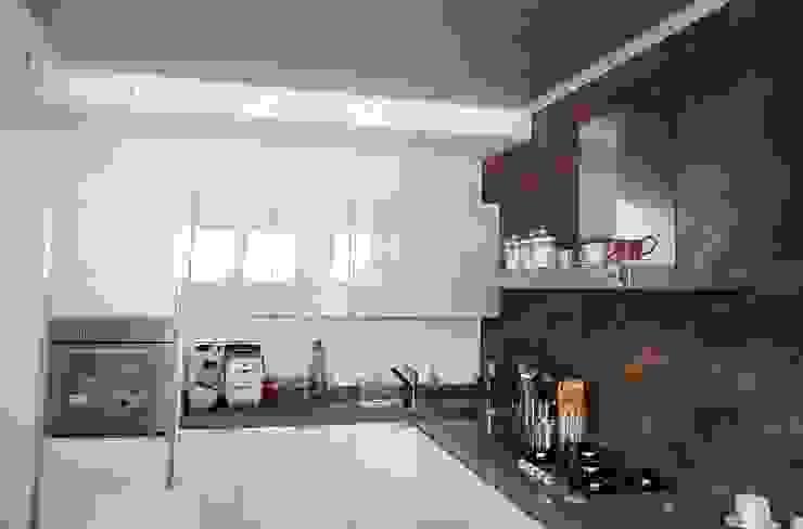 Dentro la cucina Cucina moderna di Sergio Bini Moderno