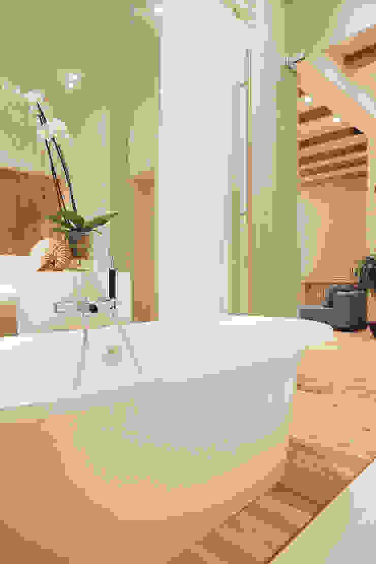 Стеклянная стена. Ванная комната в скандинавском стиле от Double Room Скандинавский