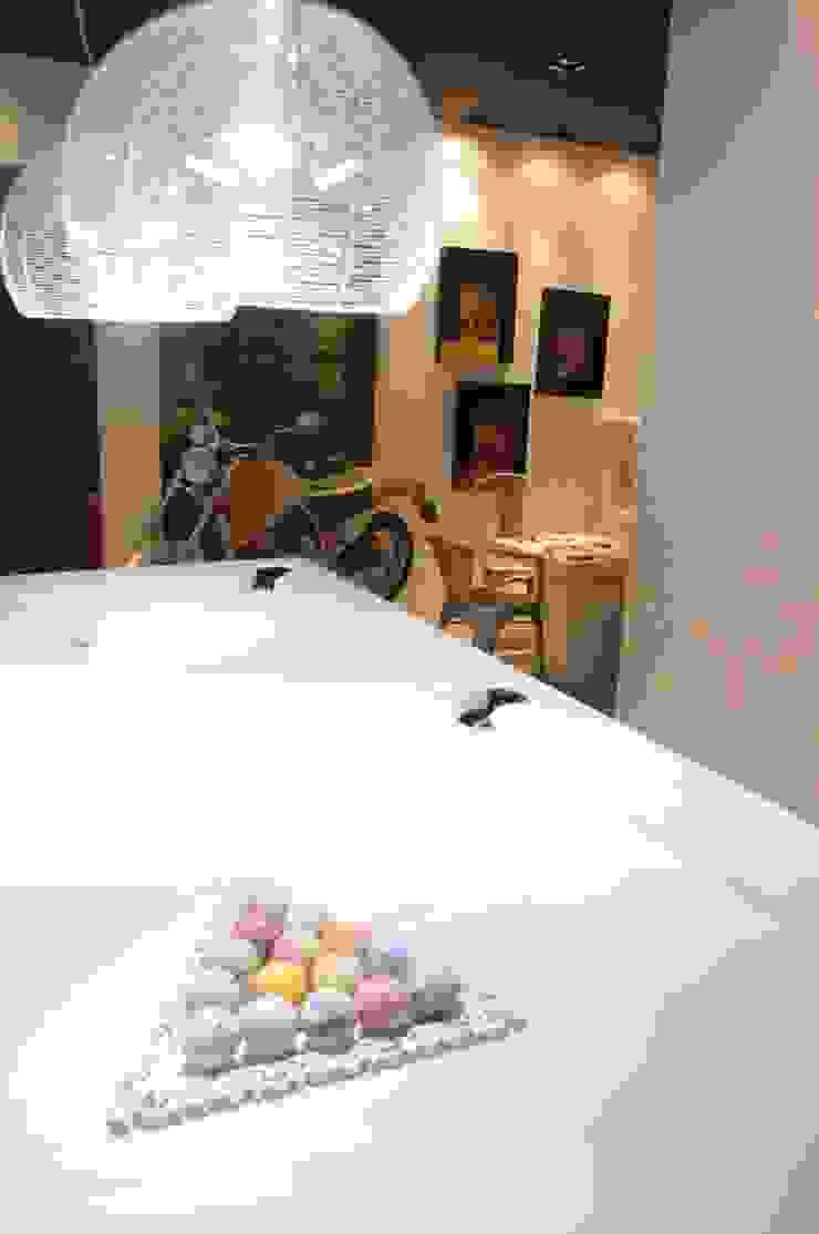 Renata Amado Arquitetura de Interiores Modern garage/shed