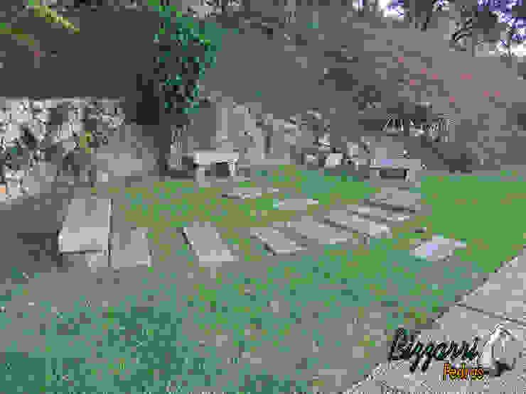 Banco com pedra folheta Jardins rústicos por Bizzarri Pedras Rústico
