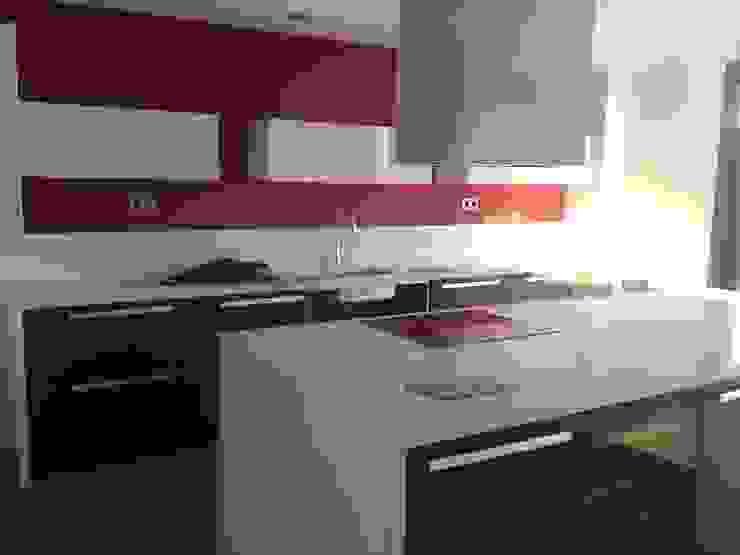 diseño de cocinas con Arrital y Doimo Cocinas de estilo moderno de noe vega interiorismo Moderno