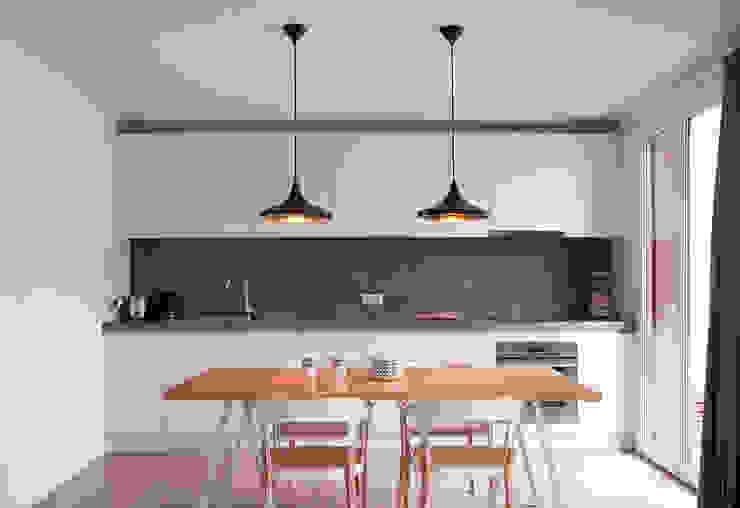 Kitchen et dining room Cocinas modernas de Antoine Chatiliez Moderno Madera Acabado en madera