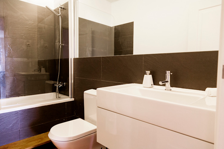 BATHROOM AFTER:   por Home Staging Factory,