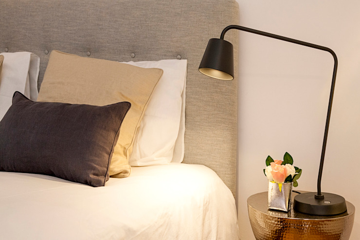 Double bedroom - decoration details por Staging Factory Clássico