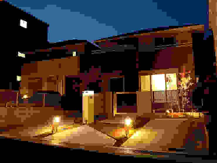 夜景も美しく モダンな 家 の sotoDesign 株式会社竹本造園 モダン
