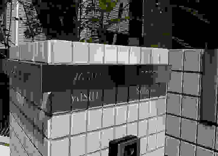 表札の昼間の様子: sotoDesign  株式会社竹本造園が手掛けた現代のです。,モダン