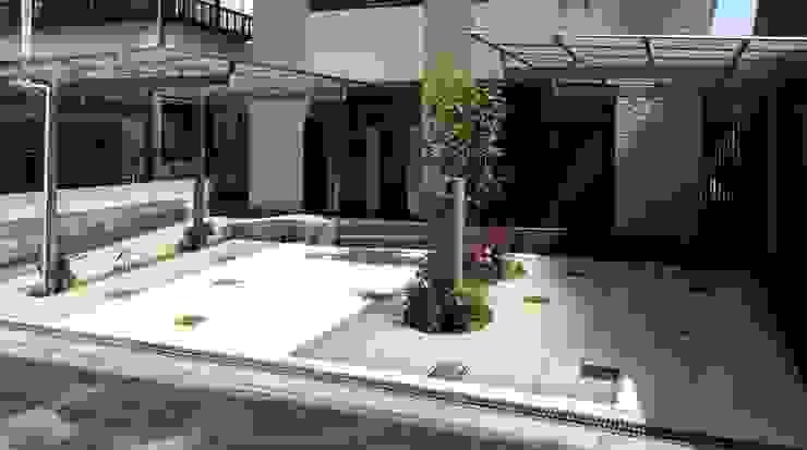 ちいさな庭が ガレージの中央に モダンな 家 の sotoDesign 株式会社竹本造園 モダン