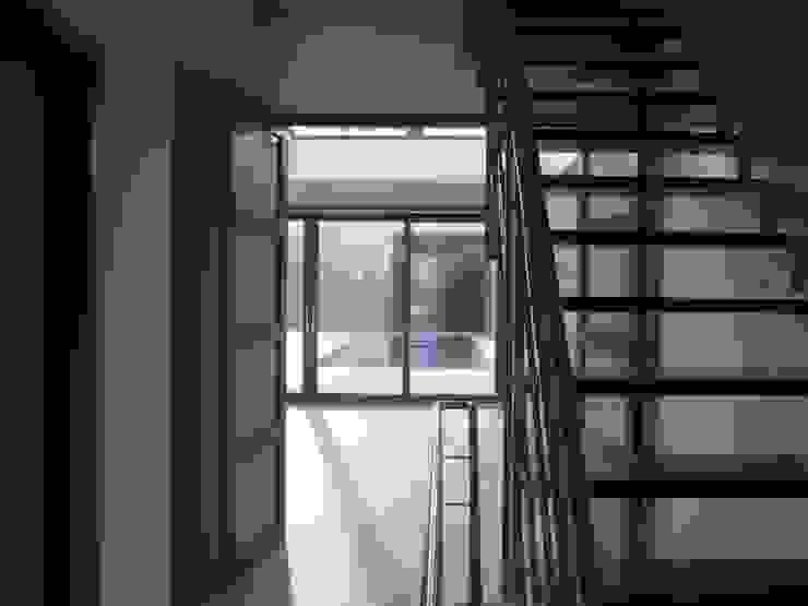entree met trap Moderne gangen, hallen & trappenhuizen van Villa Delphia Modern