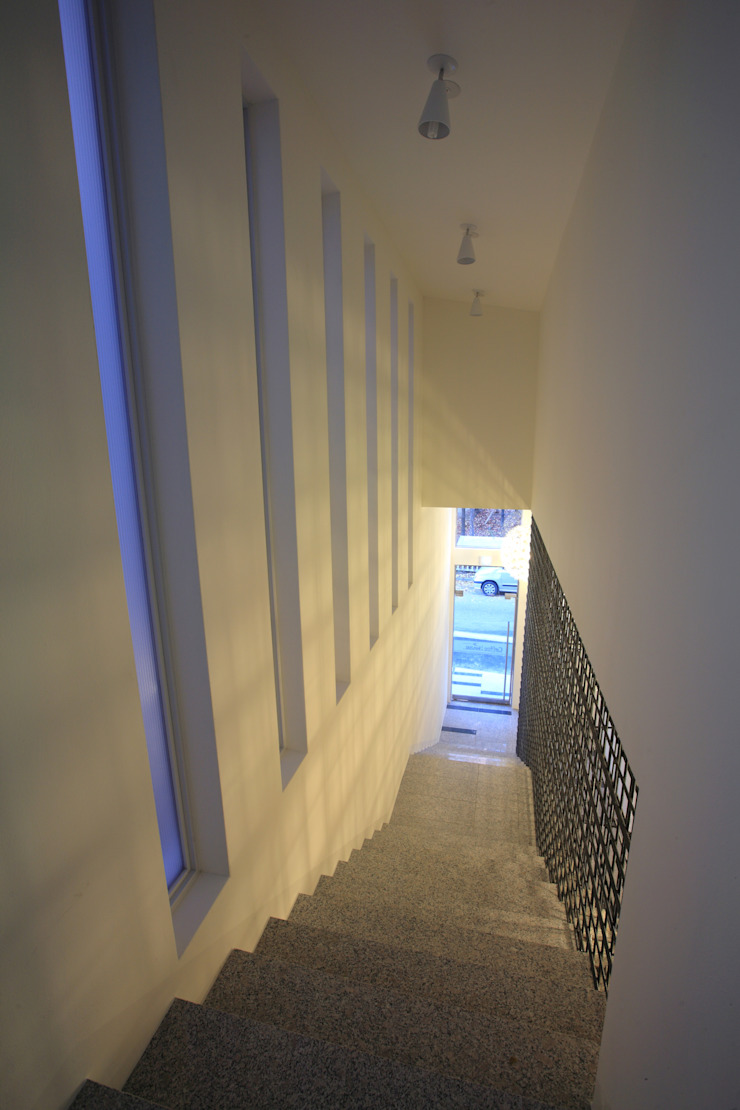 현앤전 건축사 사무소(HYUN AND JEON ARCHITECTURAL OFFICE ) Modern Corridor, Hallway and Staircase
