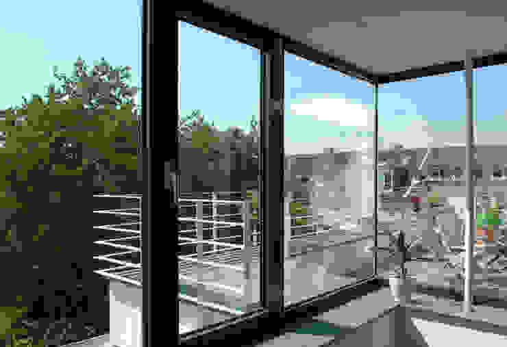 Corneille Uedingslohmann Architekten Modern balcony, veranda & terrace