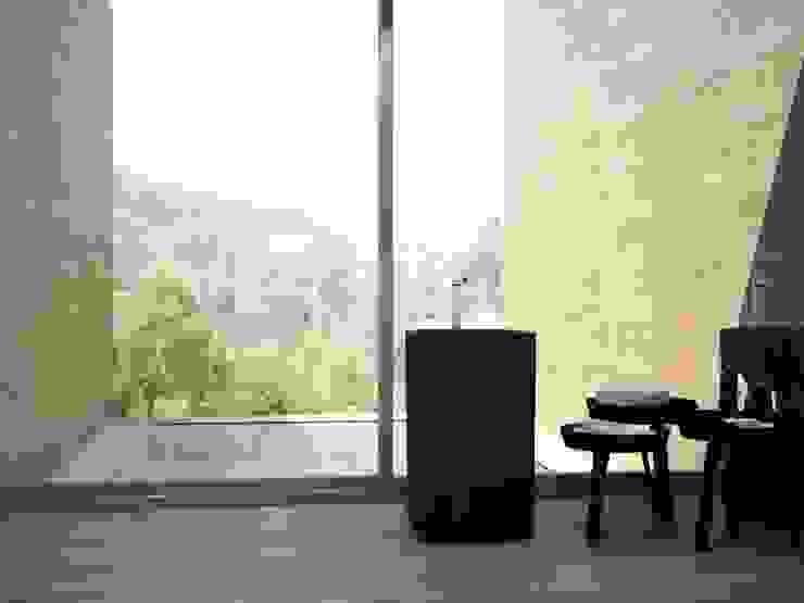 Walnut Porcelánico imitación a madera Baños de estilo minimalista de INTERAZULEJO Minimalista