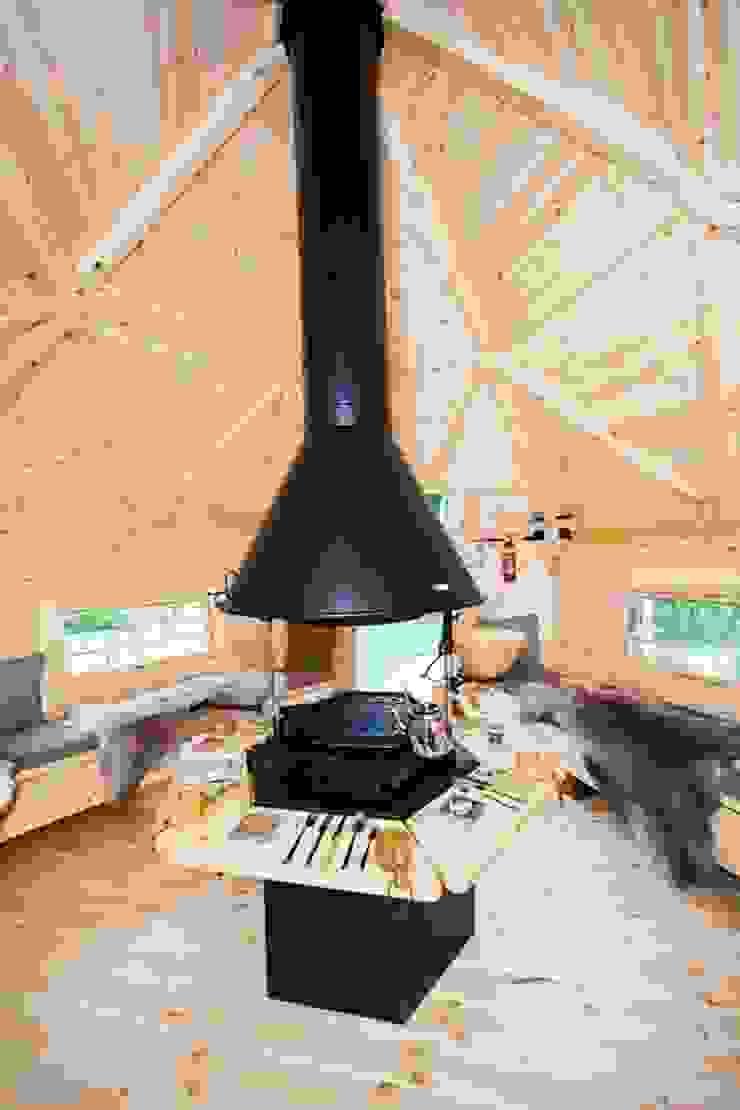 The interior of a 10m² Barbecue Cabin in a Derbyshire garden. Jardin scandinave par Arctic Cabins Scandinave