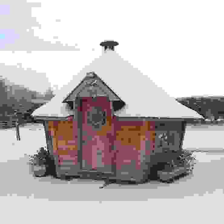 A 10m² barbecue cabin in a snowy garden. Scandinavian style garden by Arctic Cabins Scandinavian