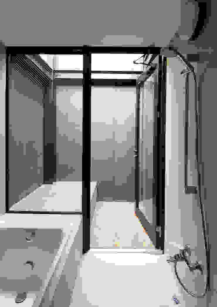 Modern Bathroom by 井上洋介建築研究所 Modern