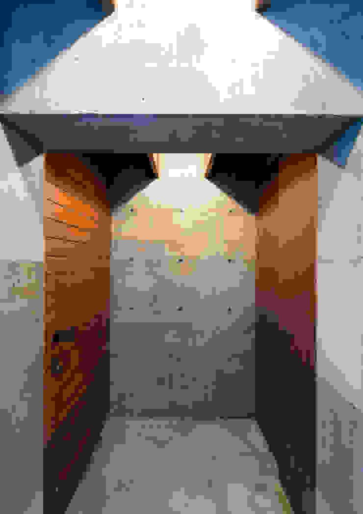 中浦和の住宅 モダンな 壁&床 の 井上洋介建築研究所 モダン