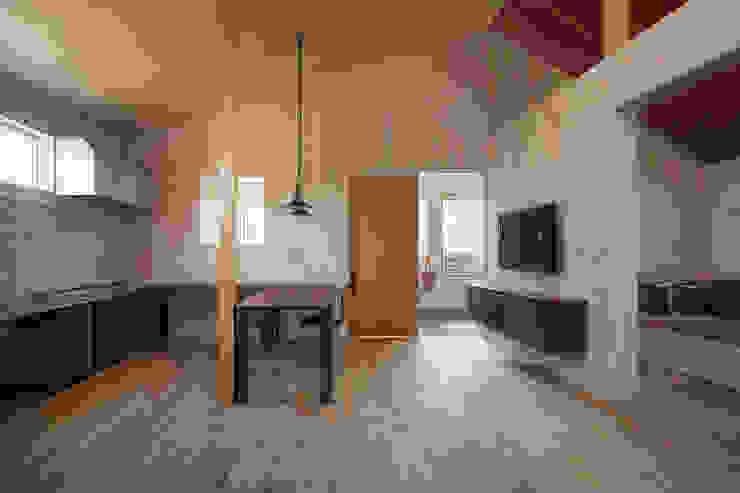 近江八幡の家・ダイニングキッチン: タクタク/クニヤス建築設計が手掛けたリビングです。,モダン
