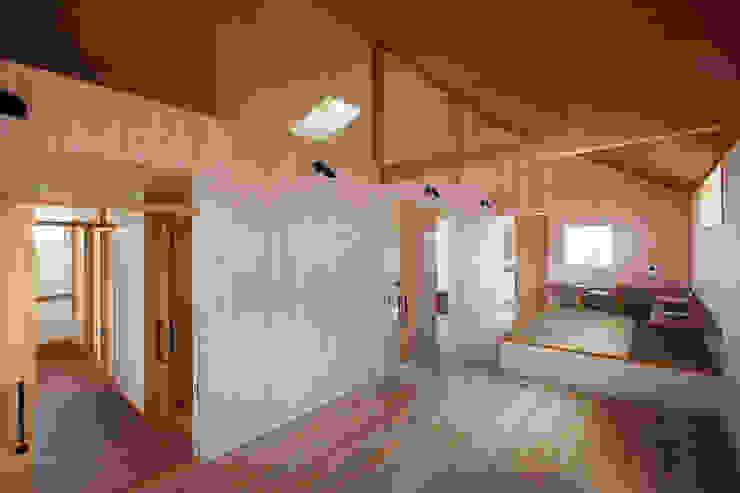 近江八幡の家・個室(寝室): タクタク/クニヤス建築設計が手掛けたリビングです。,モダン