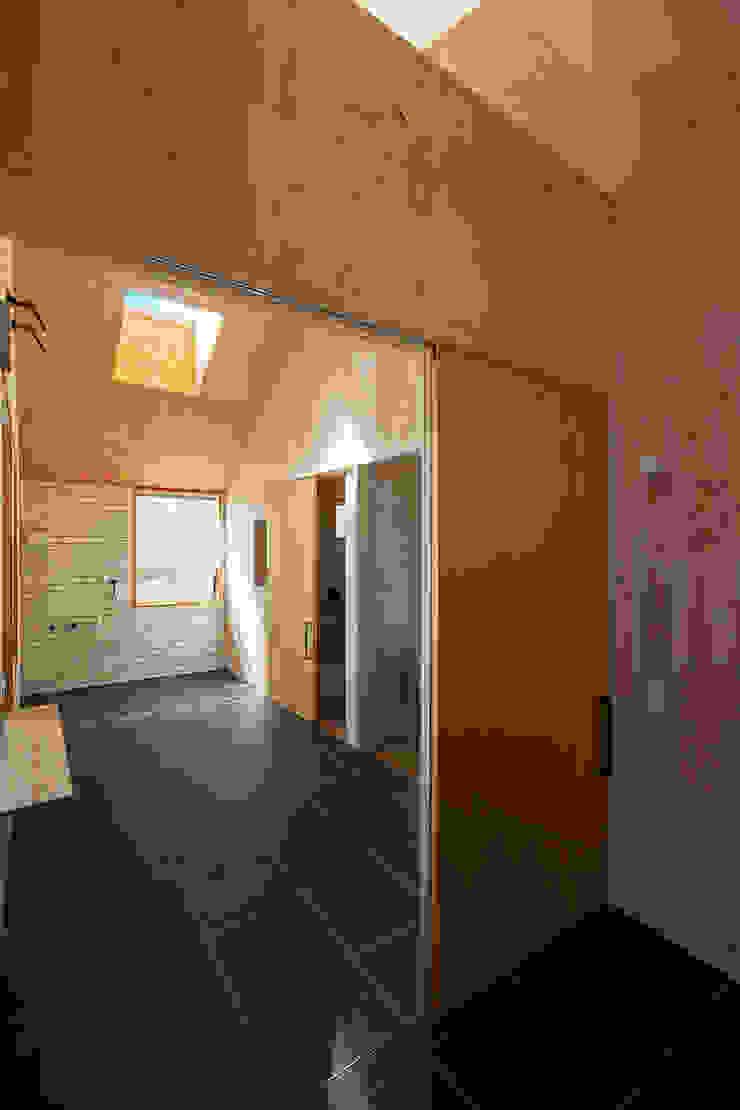 近江八幡の家・玄関 モダンスタイルの お風呂 の タクタク/クニヤス建築設計 モダン