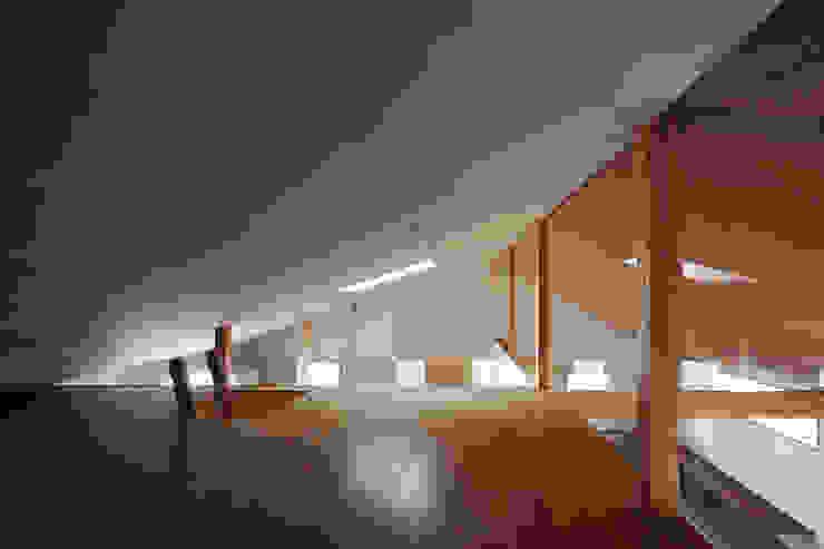 近江八幡の家・ロフト モダンデザインの 多目的室 の タクタク/クニヤス建築設計 モダン