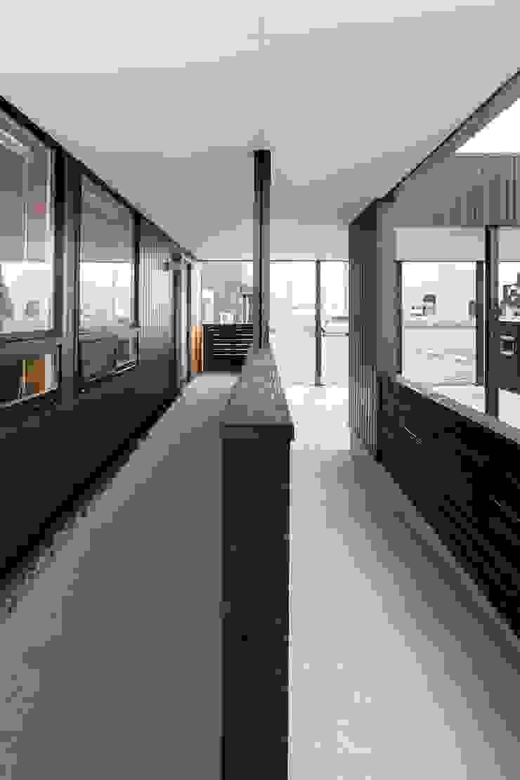 近江八幡の家・スロープ モダンな 家 の タクタク/クニヤス建築設計 モダン