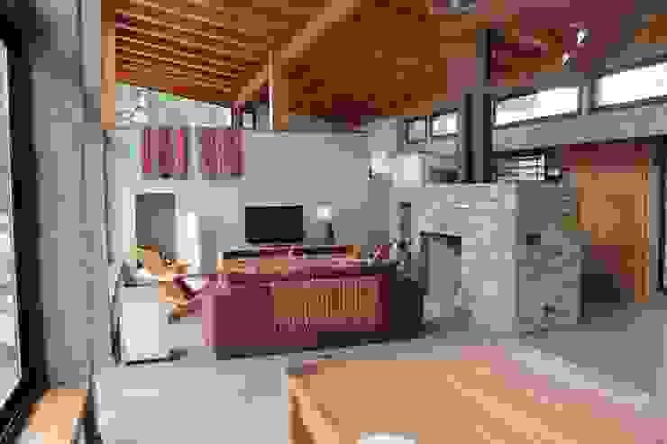 现代客厅設計點子、靈感 & 圖片 根據 Aguirre Arquitectura Patagonica 現代風
