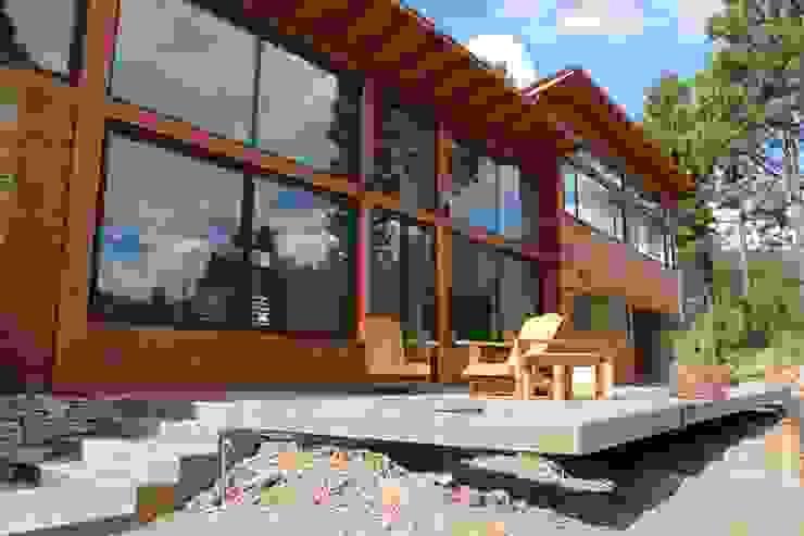 Casa Chapelco Golf – Patagonia Argentina Balcones y terrazas modernos: Ideas, imágenes y decoración de Aguirre Arquitectura Patagonica Moderno