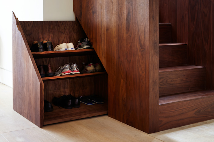 Storage under stairs por Fraher and Findlay Moderno