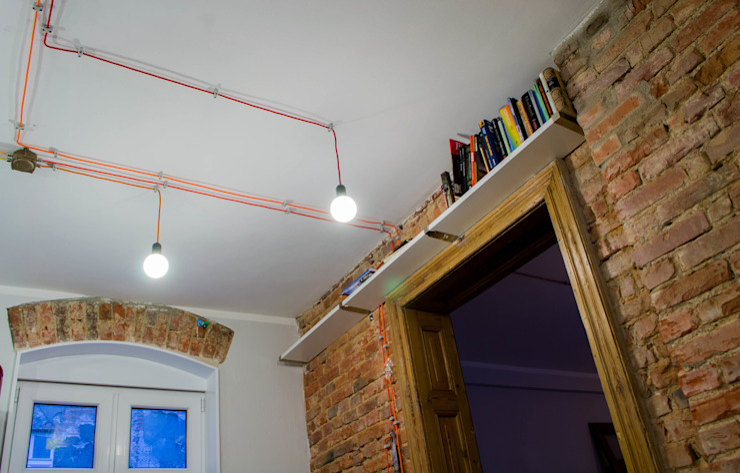 Mieszkanie w starej kamienicy: styl , w kategorii Domowe biuro i gabinet zaprojektowany przez Pracownia B2,Industrialny