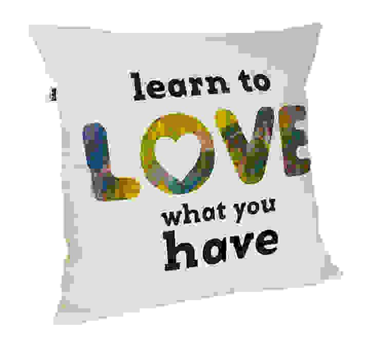 http://maqudesign.com/poduszki-dekoracyjne/z-napisami od MAQUDESIGN Minimalistyczny