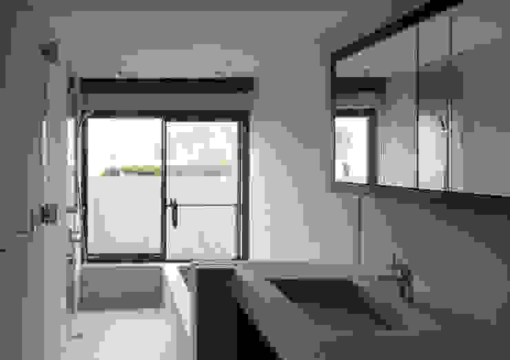 代官山の住宅 / 井上洋介建築研究所: 井上洋介建築研究所が手掛けた浴室です。,モダン