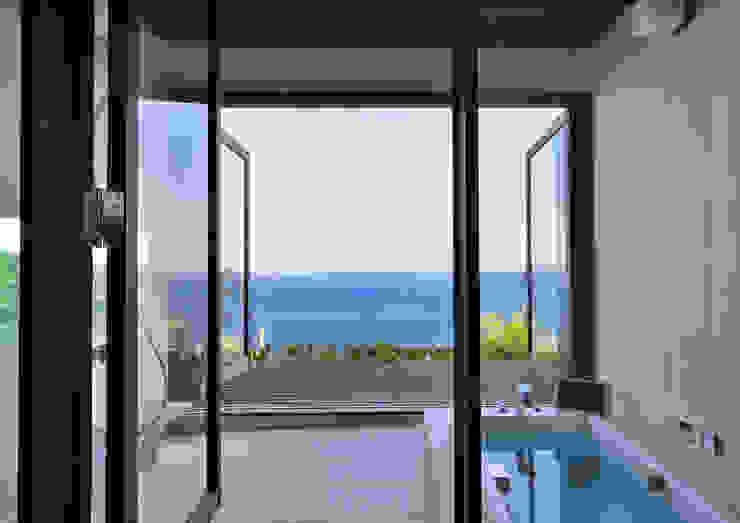 熱海の別荘 モダンスタイルの お風呂 の 井上洋介建築研究所 モダン