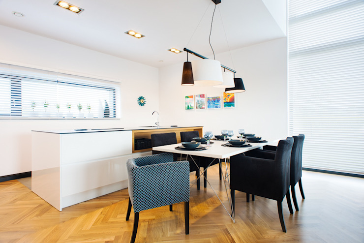 przestronny dom w kolorystyce black&white RedCubeDesign Skandynawska jadalnia