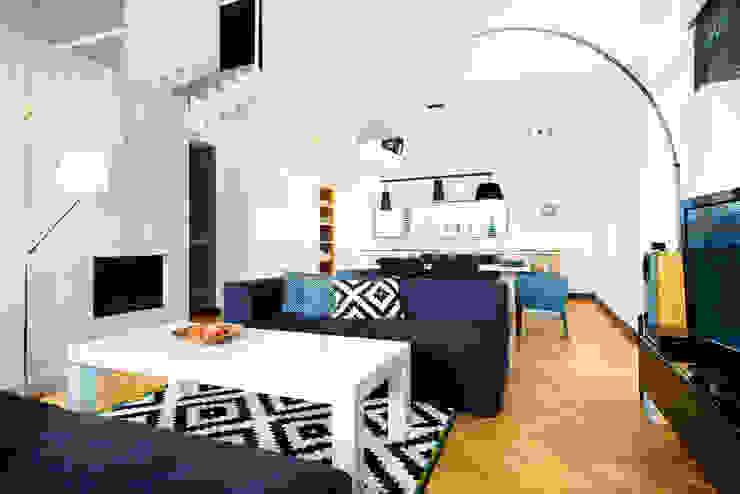 przestronny dom w kolorystyce black&white Skandynawski salon od RedCubeDesign Skandynawski