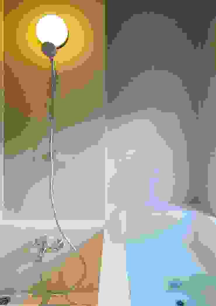 八幡山の住宅 モダンスタイルの お風呂 の 井上洋介建築研究所 モダン
