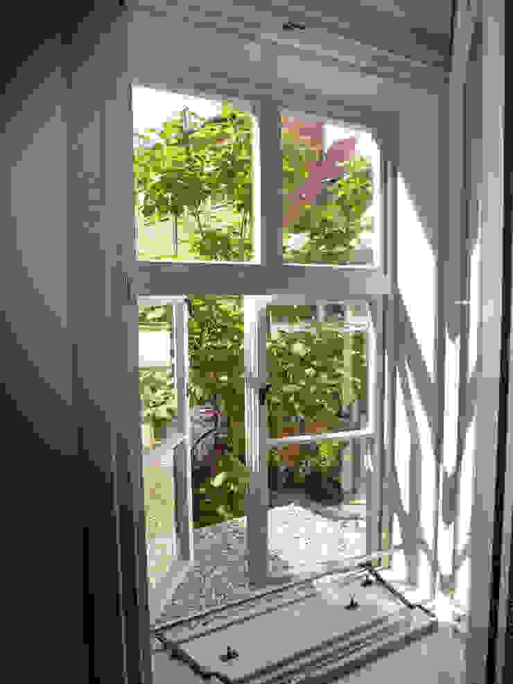 Ausblick zum Hof Minimalistische Fenster & Türen von cappellerarchitekten Minimalistisch