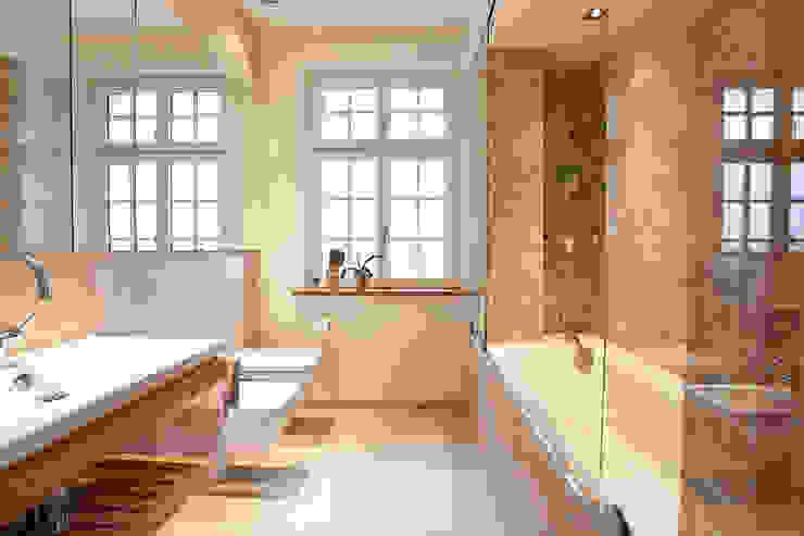 Baños de estilo clásico de xs-architekten Clásico