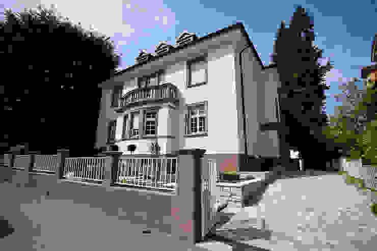 Sanierung Wohngebäude Klassische Häuser von xs-architekten Klassisch