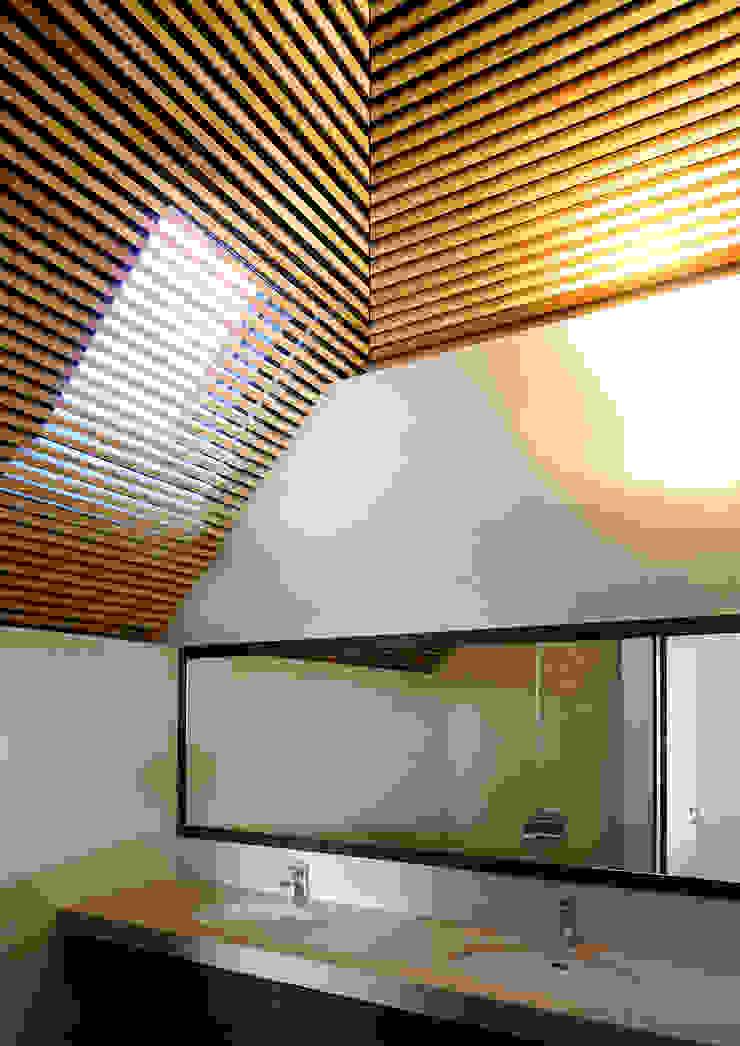 上野毛の住宅 renovation モダンスタイルの お風呂 の 井上洋介建築研究所 モダン
