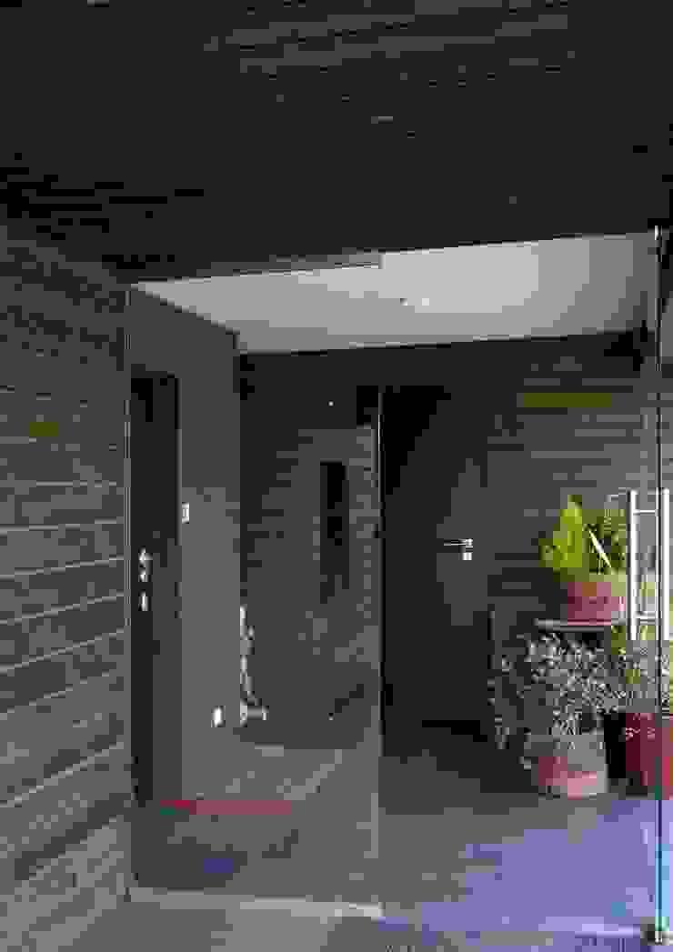Pasillos, vestíbulos y escaleras de estilo rural de WIZJA Rural