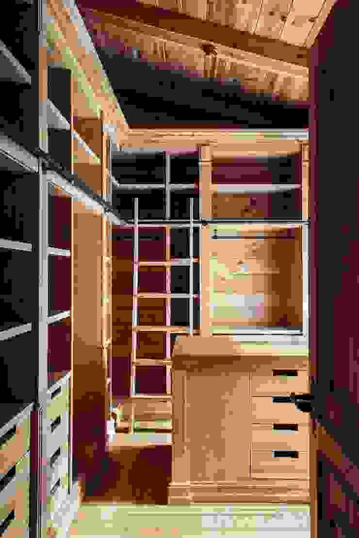 Rustic style dressing room by Архитектор Татьяна Стащук Rustic