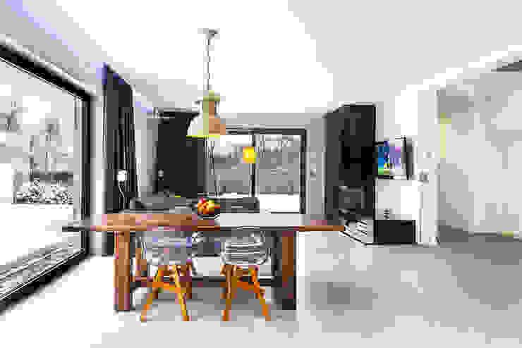 Minimalist dining room by COCO Pracownia projektowania wnętrz Minimalist