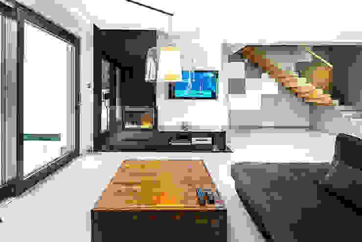Dom z miętą Minimalistyczny salon od COCO Pracownia projektowania wnętrz Minimalistyczny