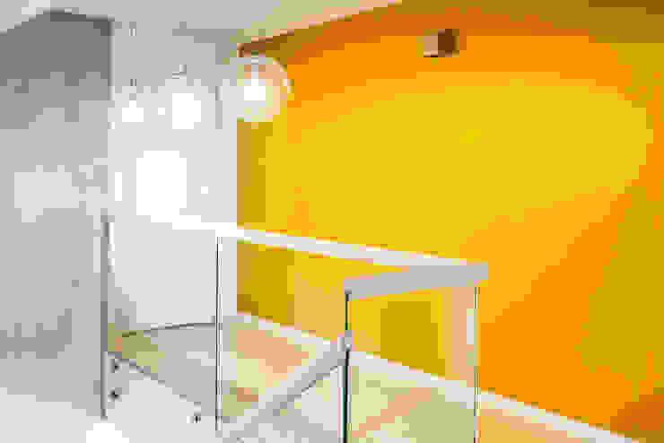 Dom z miętą COCO Pracownia projektowania wnętrz Minimalistyczny korytarz, przedpokój i schody
