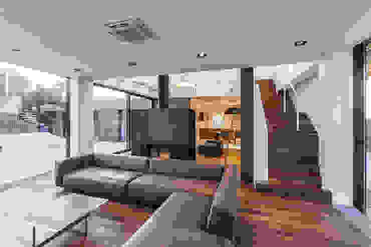 Дом #2 Гостиная в стиле модерн от DK architects Модерн